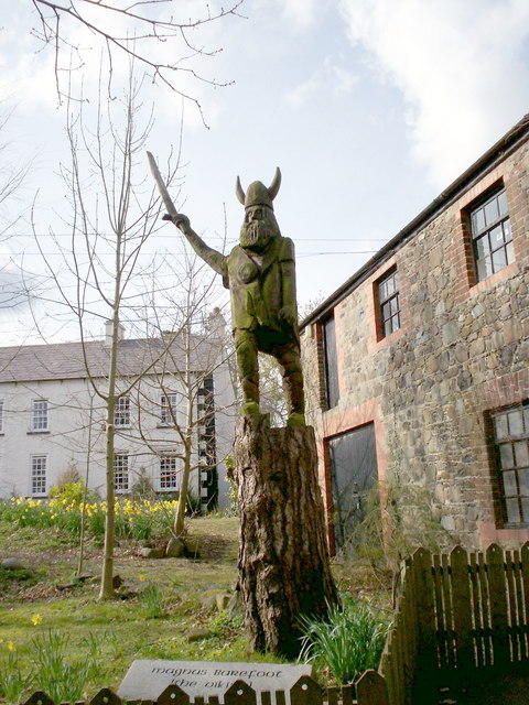 Wooden statue of Magnus Barefoot in Tannaghmore Gardens, Craigavon, Northern Ireland. Photo by P Flannagan, via Wikimedia Commons.